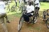 사진:보장구를 전달받은 탄자니아 장애인