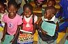 사진:선물을 받고 기뻐하는 아프리카 아이들